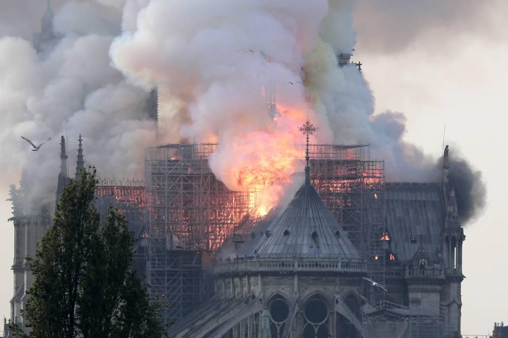 Z OSTATNIEJ CHWILI: Płonie Katedra Notre Dame w Paryżu